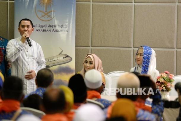 Direktur Utama First Travel Andika Surachman memberikan paparan saat melepas jamaah umrah First Travel untuk diberangkatkan ke Tanah Suci di Tangerang, Banten, Senin (1/5).