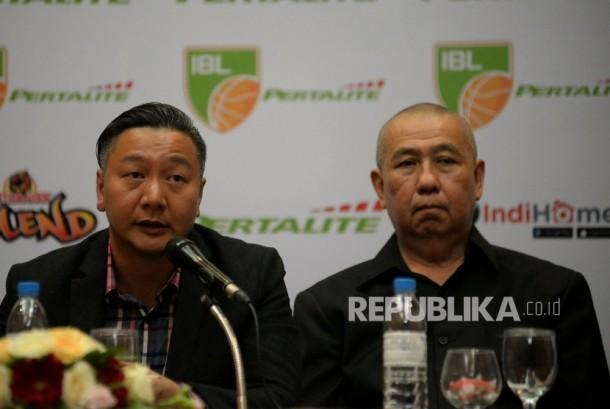 Direktur Utama Indonesian Baseketball League (IBL) Hasan Gozali (Kiri) di dampingi Ketua Umum Perbasi Danny Kosasih sebelum memberikan keterangan terkait pelaksanaan IBL 2017 di Jakarta, Selasa (10/1).