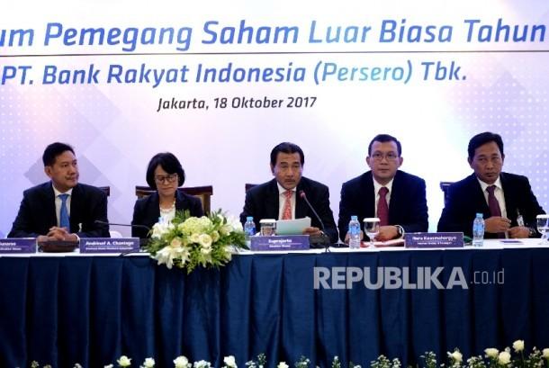 Direktur Utama PT Bank BRI Suprajarto (tengah) bersama jajaran direksi saat Rapat Umum Pemegang Saham Luar Biasa Bank BRI di Jakarta, Rabu (18/10).