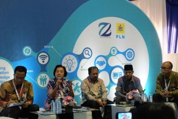 Dirjen Penguatan Inovasi Kementerian Riset Teknologi dan Pendidikan (Kemenristekdikti) Jumain Appe (tengah) dan Direktur Perencanaan Korporat PLN Syofvi Felienty Roekman  (kiri) tengah menjelaskan mengenai pameran LIKE 2017 di Kantor Pusat PLN, Jakarta, Selasa (17/10).