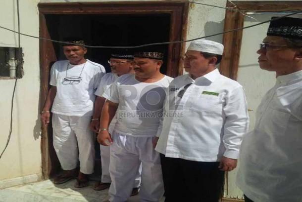 Dirjen Penyelenggara Haji dan Umrah (PHU) Kemenag RI, Abdul Djamil, mendegarkan keluhan jamaah haji asal Indonesia yang ditempatkan pemondokan di luar Markaziah, Madinah, Rabu (17/9).   (foto :  MCH Madinah)