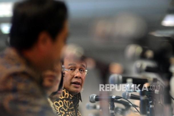 Dirut BNI Ahmad Baiquni (tengah) berbicara kepada media seusai Rapat Umum Pemegang Saham (RUPS) di Jakarta, Kamis (10/3).
