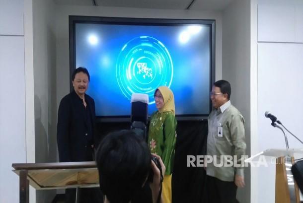 Dirut Bursa Efek Indonesia Tito Sulitio (kiri), Kepala Eksekutif Pengawas Pasae Modal OJK Nurhaida, dan Wakil Dirut PT Bank Mandiri Sulaiman Arianto meresmikan program IDX Incubator, di Menara Mandiri, Jakarta, Kamis (23/3)'