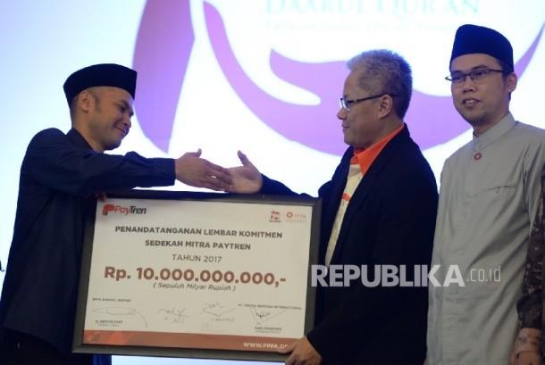 Dirut PPPA Daarul Quran Anwar Sani (kiri) saat meyerahkan plakat komitmen kepada Direktur Pelaksana Paytren Hari Prabowo (Ilustrasi)