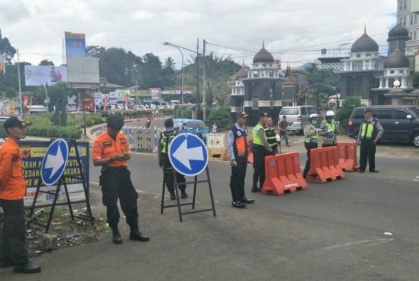 Diserbu wisatawan, puncak macet parah, sistem satu arah ditetapkan, Bogor, Senin  (26/6).
