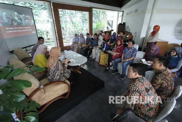 Diskusi bertajuk Inklusi Keuangan dan Pemberdayaan Perempuan Melalui Pembiayaan Syariah yang menghadirkan pembicara Ekonom Core Indonesia Hendri Saparini dan Dirut BTPN Syariah Ratih Rachmawaty, di Kantor BTPN Sinaya Cabang Dago, Kota Bandung, Kamis (19/10).