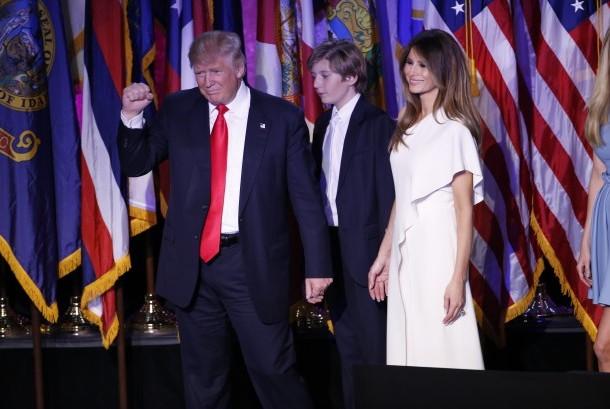 Donald Trump bersama istrinya Melania dan putra mereka Barron.