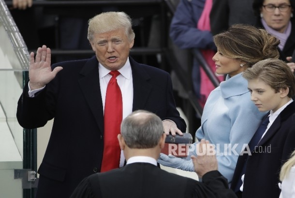 Donald Trump is sworn in as the 45th president of the United States by Chief Justice John Roberts as Melania Trump looks on during the 58th Presidential Inauguration at the U.S. Capitol in Washington, Friday, Jan. 20, 2017.