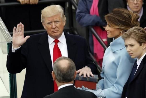 Donald Trump saat diambil sumpah.