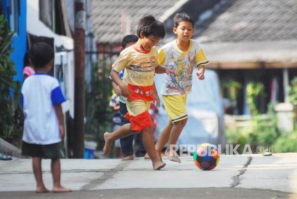 Dorong anak bergaya hidup aktif agar terhindar dari obesitas.