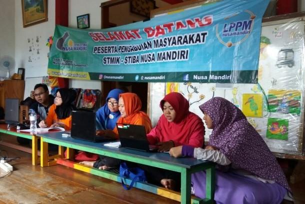 Dosen STMIK Nusa Mandiri memberikan pelatihan komputer bagi guru PAUD Citra, Kelurahan Ragunan.
