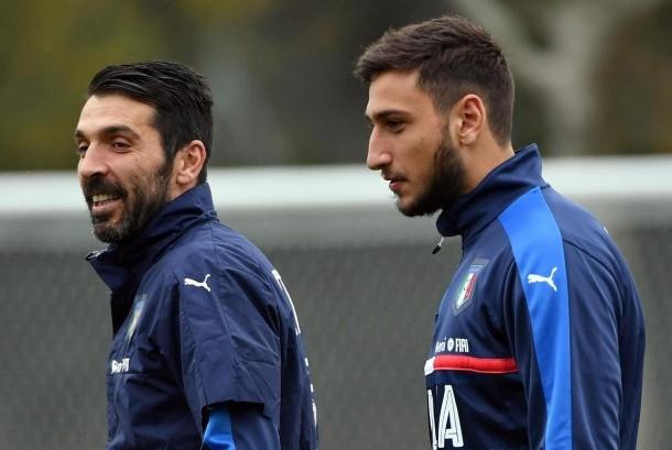Dua kiper timnas Italia, Gianluigi Buffon (kiri) dan Gianluigi Donnaruma.