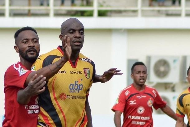 Dua marquee player, Didier Zokora (kiri) dan Mohamed Sissoko pada laga Liga 1 antara Semen Padang dan Mitra Kukar di Stadion Aji Imbut, Tenggarong, Jumat (7/7). Mitra Kukar menang 1-0 pada laga ini.