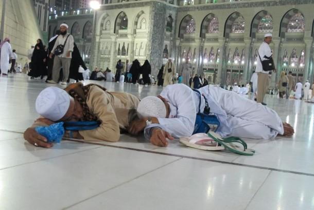 Dua orang jamaah haji asal Indonesia tertidur lelap di pelataran Masjidil Haram, Makkah.