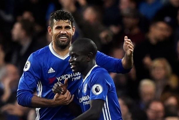 Gelandang Chelsea N'Golo Kante (kanan) bersama rekannya Diego Costa.