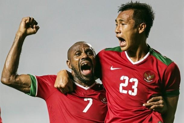 Dua pemain timnas Indonesia, Boaz Solossa (kiri) dan Hansamu Yama Pranata yang berlaga pada Piala AFF 2016.
