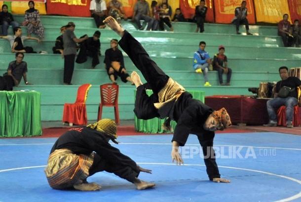 Dua pesilat asal Kabupaten Pesisir Selatan Thoriq Ilham (kanan) dan Maulana (kiri), unjuk kebolehan pada kategori pasangan putra 17-25 tahun ajang Festival Pencak Silat Internasional di GOR Indarung, Padang, Sumatra Barat, Sabtu (22/10). Festival Pencak Si