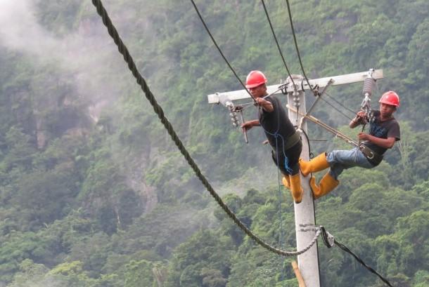 Dua petugas listrik desa (lisdes) sedang menarik jaringan kabel di Desa Kamiri, Kecamatan Balusu, Kabupaten Barru, Sulawesi Selatan, Senin (15/1). PLN Wilayah Sulawesi Selatan, Tenggara, dan Barat (Sulselrabar) menginvestasikan anggaran Rp 2,4 triliun untuk menerangi 500 desa di wilayah tersebut melalui program listrik desa (lisdes) 2018.