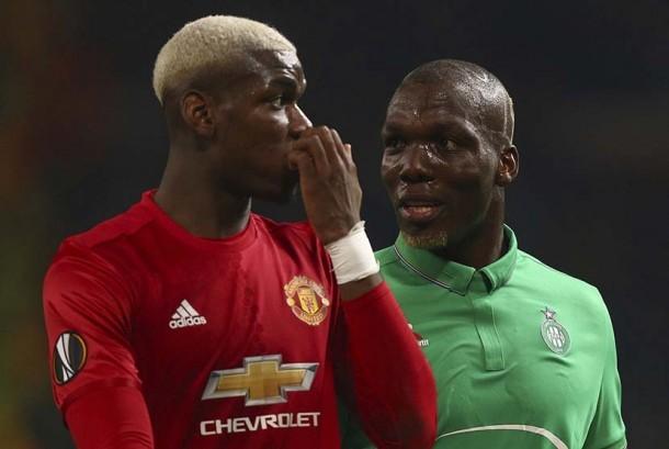 DUA POGBA: Gelandang Manchester United Paul Pogba (kiri) dan kakaknya  Florentin Pogba (kanan) yang bermain di St Ettiene sebagai bek dalam pertandingan leg pertama babak 32 besar Liga Eropa di Stadion Old Trafford