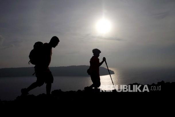 Dua wisatawan lokal menyusuri jalur pendakian Gunung Anak Krakatau (GAK),Taman Nasional Krakatau, Bandar Lampung (ilustrasi).