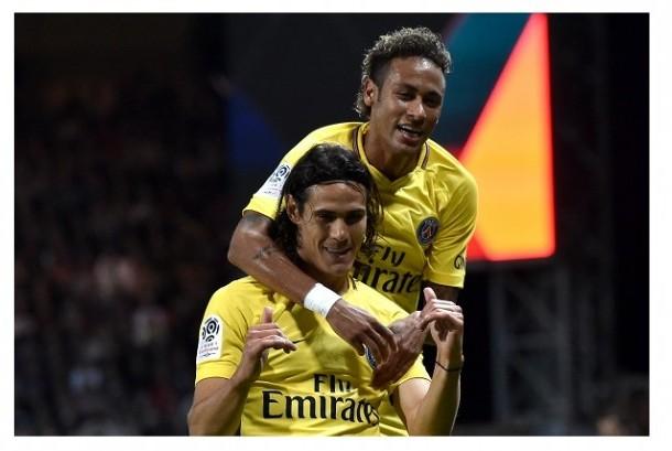 Edinson Cavani (bawah) dan Neymar.