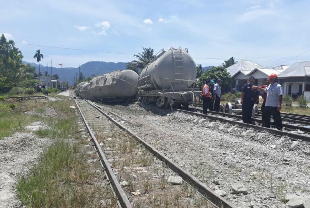 Empat gerbong kereta pengangkut semen produk PT Semen Padang anjlok di Pauh, Padang pada Rabu (25/10). Perjalanan kereta mulai normal sejak pukul 11.00 WIB.