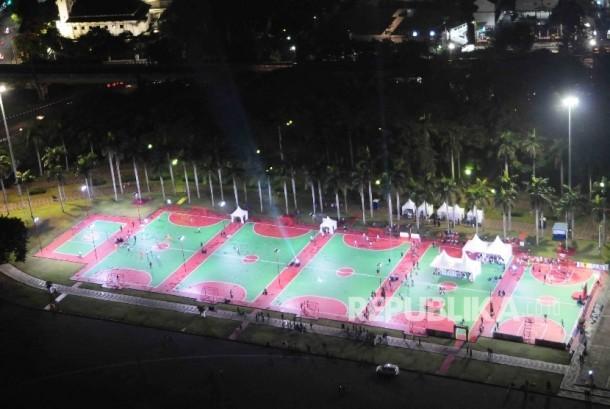 Enam lapangan olah raga yang diperbaiki oleh Coca-Cola Indonesia (CCI) di Plaza Timur Monumen Nasional (Monas), Jakarta, Sabtu (27/8). (Republika/Agung Supriyanto)