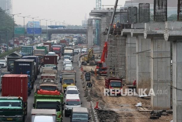 engendara melintas di samping area pembangunan jalur kereta api ringan (LRT) dan jalan tol layang Jakarta-Cikampek II, di ruas jalan Tol Jakarta-Cikampek, di Bekasi, Jawa Barat (ilustrasi).