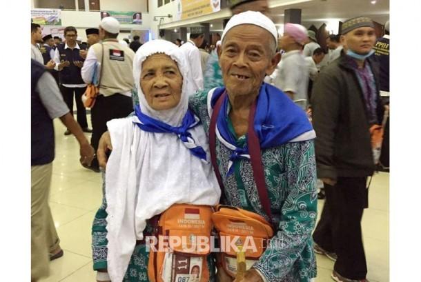 Engkong Madinah memeluk istrinya Nek Kunyil setibanya di Asrama Haji Pondok Gede.