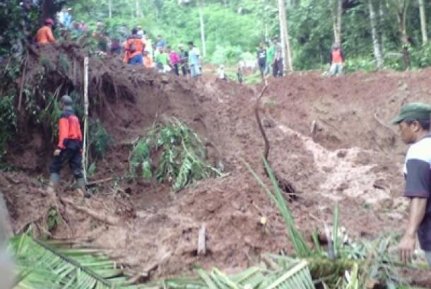 evakuasi korban banjir dan longsor yang terjadi di Dusun Diwinong RT 03 RW 04, Desa Penungkulan, Kecamatan Gebang, Kabupaten Purworejo, Jawa Tengah