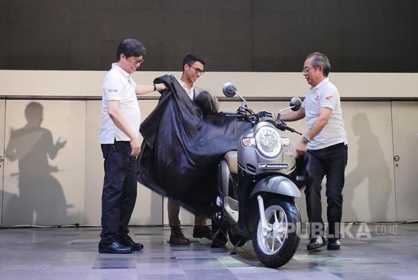 Executive Vice President Director PT Astra Honda Motor Johannes Loman (kiri) dan  President Director PT Astra Honda Motor Toshiyuki Inuma membuka selubung New Scoopy.