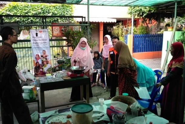 Fasilitator Rumah Zakat bekerjasama dengan Bank Sampah Dados Arto mengadakan pelatihan pengolahan limbah minyak jelantah menjadi sabun yang diselenggarakan pada Ahad (17/12).