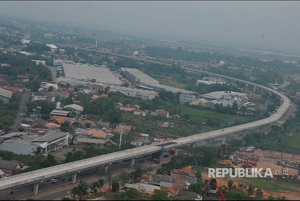 Foto aerial proyek pembangunan Light Rail Transit (LRT) atau kereta Api Ringan di Zona A Simpang Bandara Sultan Mahmud Badaruddin II Palembang, Sumsel, Minggu (17/9). Pembangunan Light Rail Transit sepanjang 23,5 km ini diperkirakan telah mencapai 60 persen dan ditargetkan rampung pada 2018 sebelum pelaksanaan Asian Games di Indonesia.