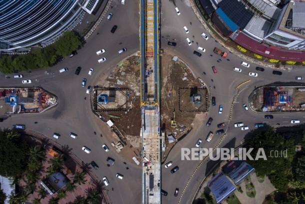 Foto aerial proyek pembangunan Light Rail Transit (LRT) Koridor Velodrome-Kelapa Gading di Kelapa Gading, Jakarta, Selasa (16/1).