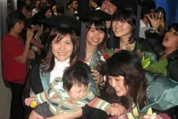 Foto keakraban Jessica, Mirna, Hani dan Vera Rusli saat pesta wisuda