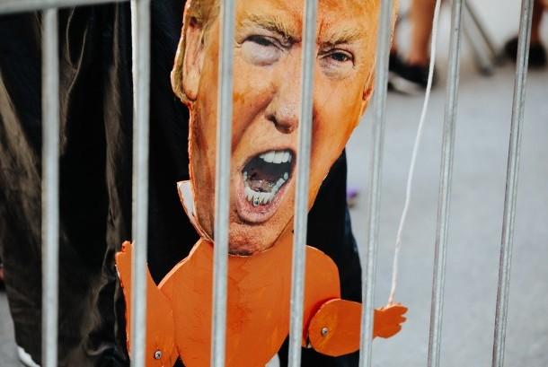Foto Presiden Amerika Serikat (AS) Donald Trump di antara aksi demonstrasi 100 hari pemerintahan Trump, di New York, Sabtu (29/4).