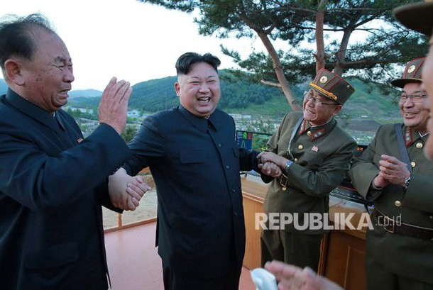 North Korea's leader Kim Jong Un (right) says he will watch the actions of Unites States for a while longer to ease tensions on the Korean peninsula and prevent a dangerous military clash.
