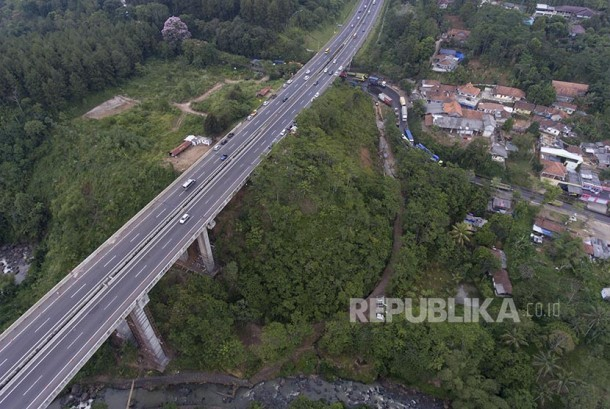 Foto udara Jembatan Cisomang yang sempat ditutup dan hanya boleh dilalui kendaraan golongan I.