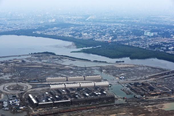 Foto udara suasana proyek pembangunan reklamasi Teluk Jakarta di Pantai Utara Jakarta, Minggu (28/2).