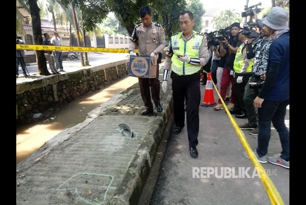 Gabungan Korlantas, Ditlantas Polda Metro Jaya, dan Polres Jakarta Selatan melakukan oleh TKP di lokasi terjadinya kecelakaan tunggal tersangka korupsi KTP-el Setya Novanto, di Jalan Permata Hijau, Kebayoran Lama, Jakarta Selatan, Jumat (17/11).