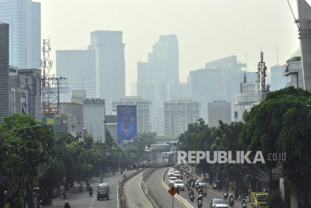 Gedung-gedung perkantoran yang diselimuti kabut udara di Jakarta, Kamis (27/7).