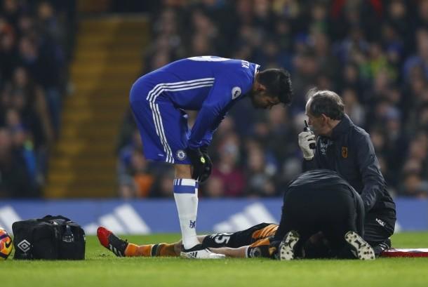 Gelandang Hull City, Ryan Mason tergeletak setelah berbenturan dengan bek Chelsea, Gary Cahill pada laga Liga Primer di Stamford Bridge, Senin (23/1) dini hari WIB. Mason mengalami cedera serius.
