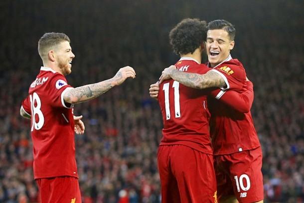 Gelandang Liverpool, Mohamed Salah (tengah) merayakan golnya bersama Philippe Coutinho (kanan) dan Alberto Moreno pada laga Liga Primer Inggris lawan Southampton di Anfield, Sabtu (18/11). Liverpool menang 3-0 pada laga ini.