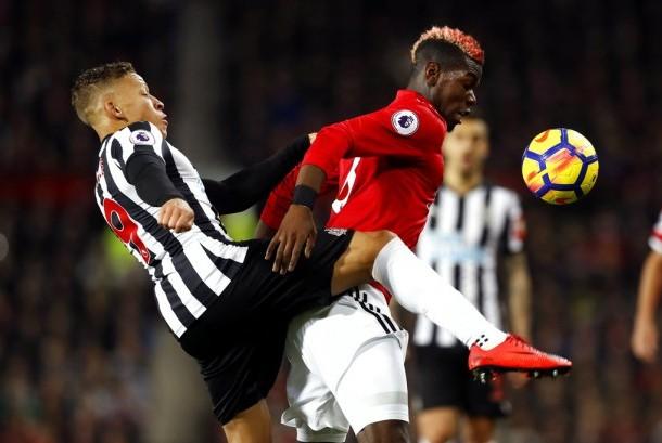 Gelandang Manchester United, Paul Pogba (kanan) beraksi pada laga Liga Primer lawan Newcastle di Old Trafford, Ahad (19/11) dini hari WIB. United menang 4-1 pada laga ini.