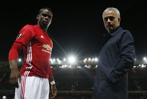 Gelandang Manchester United, Paul Pogba (kiri) berpose bersama Jose Mourinho.
