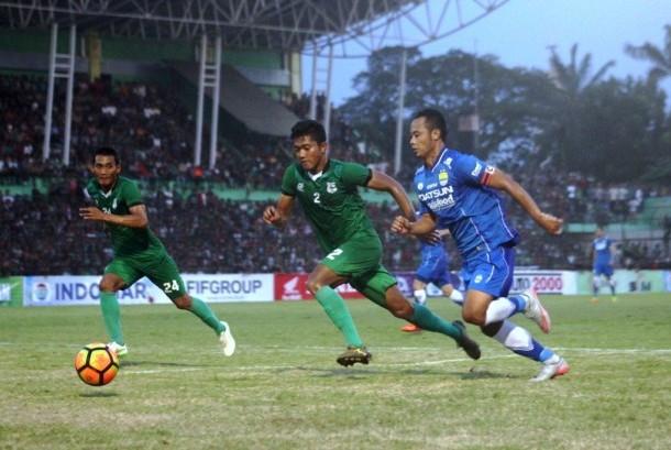 Gelandang Persib Bandung Atep (kanan) membawa bola dibayangi dua pemain PSMS Medan dalam laga persahabatan di Stadion Teladan, Medan, Ahad (26/3).