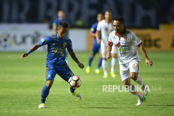 Gelandang Persib Gian Zola menahan bola dalam laga Liga GojekTraveloka di Stadion GBLA, Bandung, Sabtu (20/5).
