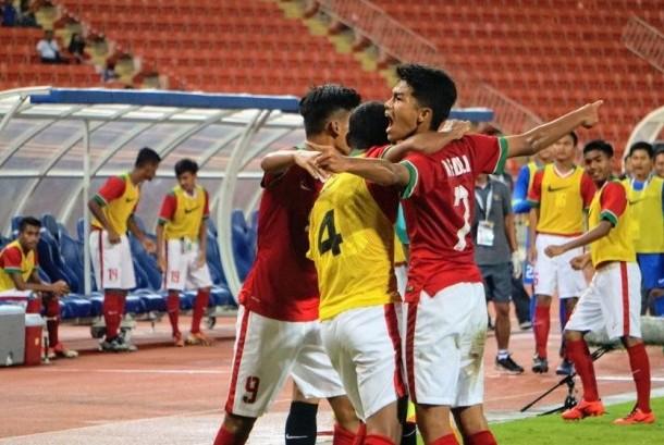 Gelandang timnas Indonesia U-16, Amanar Abdillah (kanan) merayakan golnya ke gawang Thailand bersama rekan setim pada laga kualifikasi Piala Asia U-16 2018 di Stadion Rajamangala, Bangkok, Rabu (20/9). Indonesia menang 1-0.