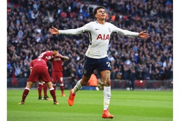 Gelandang Tottenham Hotspur Dele Alli merayakan golnya yang membuat para pemain Liverpool tertunduk lesu.