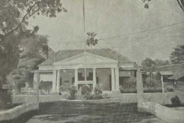 Gemeente Batavia (Gedung Balai Kota DKI Jakarta) di Koningsplein Zuid (sekarang Jalan Medan Merdeka Selatan No 9).